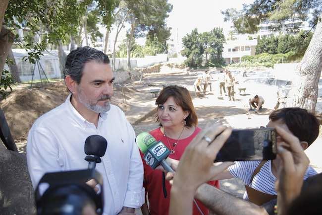 La directora general de Cultura y Patrimonio, Carmen Amoraga, y el alcalde de l'Alfàs del Pi, Vicente Arques, han visitado las obras de mejora que se están llevando a cabo en la Villa Romana de l'Albir y el Molí de Mànec,